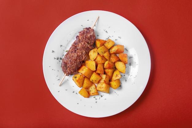 Brochette de viande avec pommes de terre frites au menu