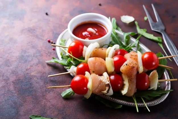 Brochette de viande de poulet, tomates et poivrons
