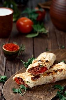 Brochettes de blé dur aux tomates sur pita avec légumes et épices