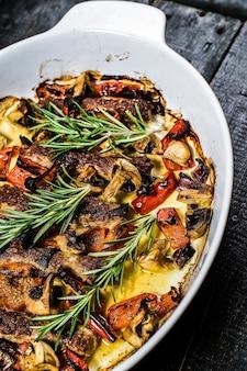 Brochettes de boeuf avec garniture de champignons, de poivrons et de maïs