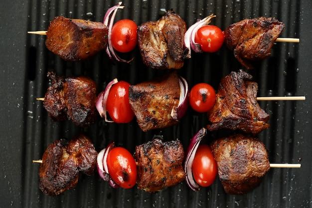 Brochettes de boeuf et tomates grillées