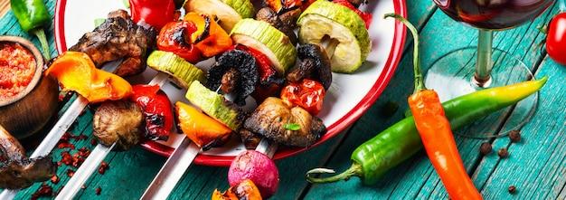Brochettes de brochettes de légumes grillés