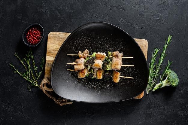 Brochettes - brochettes de viande grillée, brochette de shish avec des légumes. vue de dessus