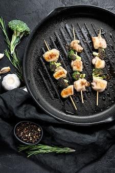 Brochettes - brochettes de viande grillée, brochette de shish avec des légumes.