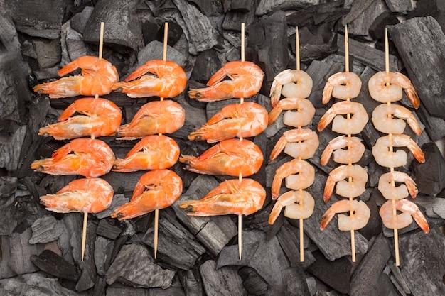 Brochettes de charbon de bois crevettes et crevettes tigrées.