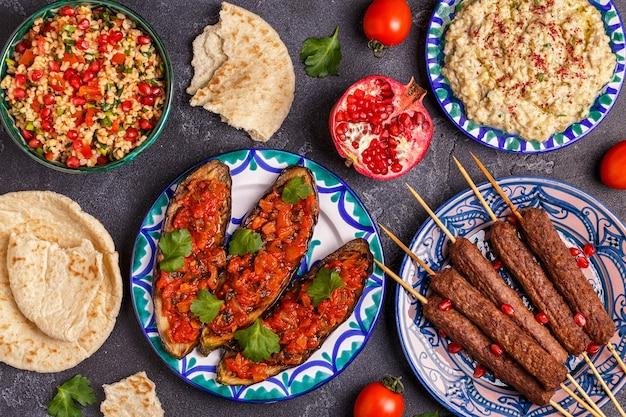 Brochettes classiques, salade de taboulé, baba ganush et aubergines cuites au four avec sauce