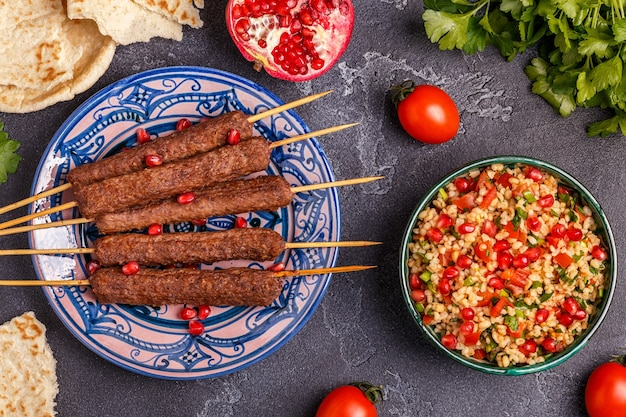 Brochettes classiques avec salade de taboulé, plat traditionnel du moyen-orient ou arabe