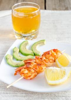 Brochettes de crevettes aux tranches d'avocat et de citron