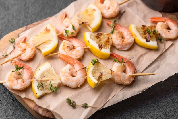 Brochettes de crevettes de fruits de mer sur papier sulfurisé vue élevée