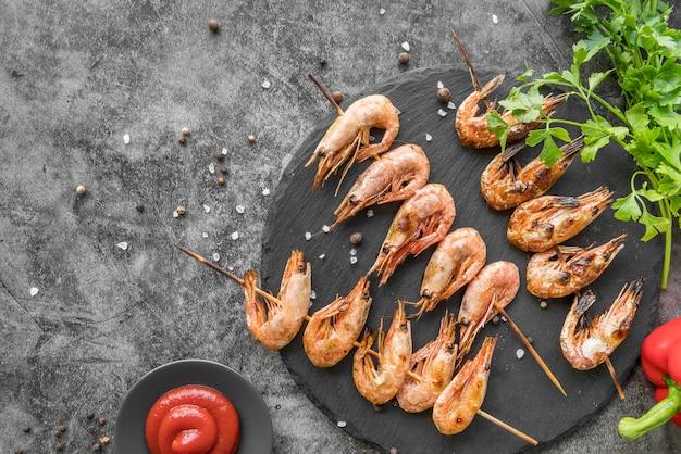 Brochettes de crevettes vue de dessus avec sauce