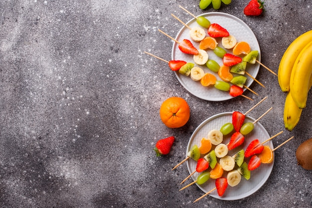 Brochettes de fruits, collation estivale saine