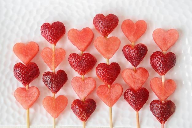 Brochettes de fruits en forme de coeur, art alimentaire amusant pour la saint valentin