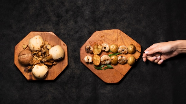 Brochettes de fruits de mer plates