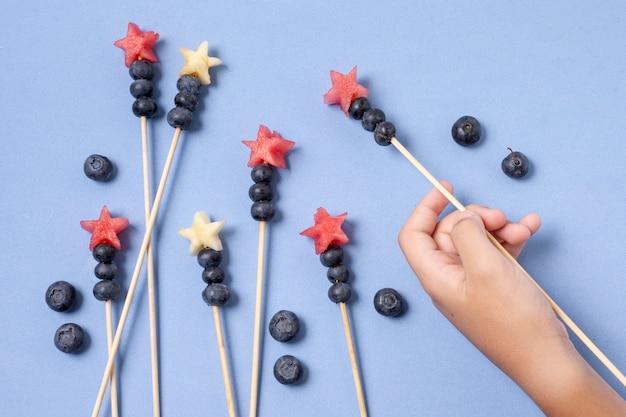 Brochettes de fruits à plat le jour de l'indépendance