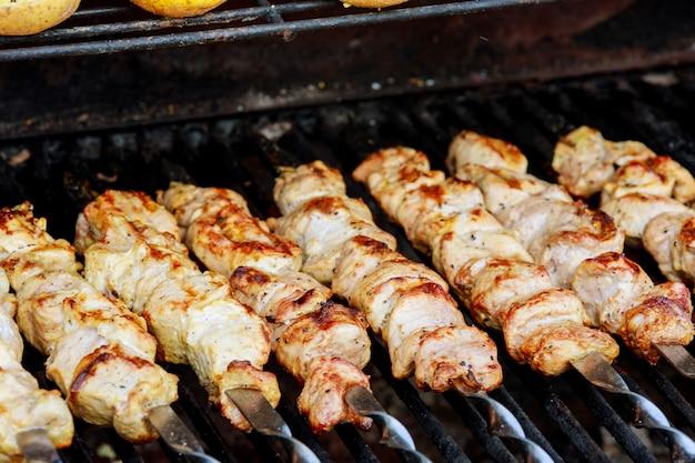 Brochettes grillées juteuses sur le barbecue