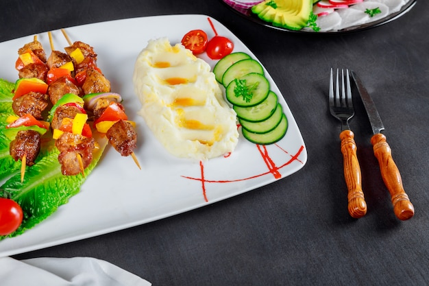 Brochettes grillées et purée de pommes de terre