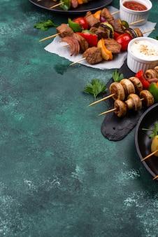 Brochettes grillées à la viande champignons et légumes