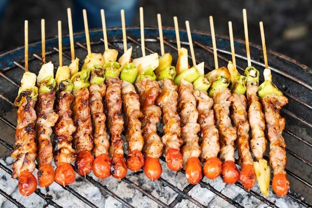 Brochettes de légumes et de viande grillés