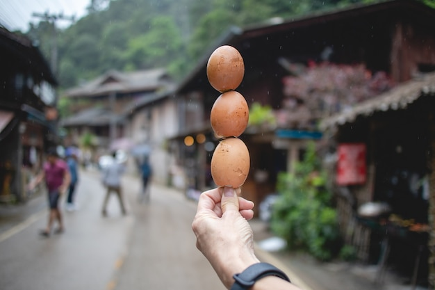Brochettes d'œufs grillés thaïlandais vendre dans la rue locale en thaïlande.