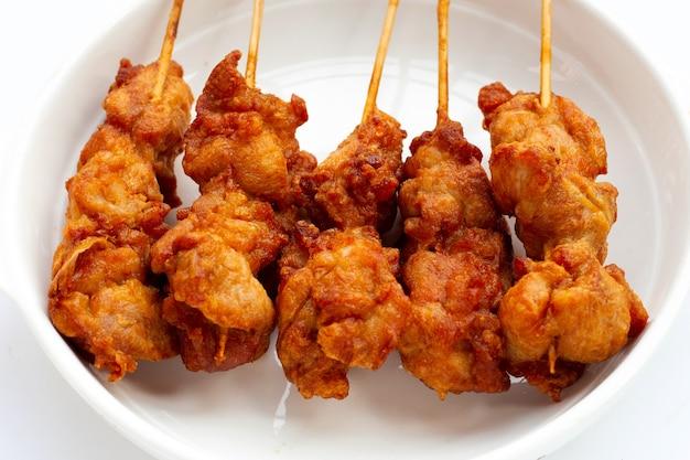 Brochettes de poulet frit croustillant, cuisine de rue de style thaï