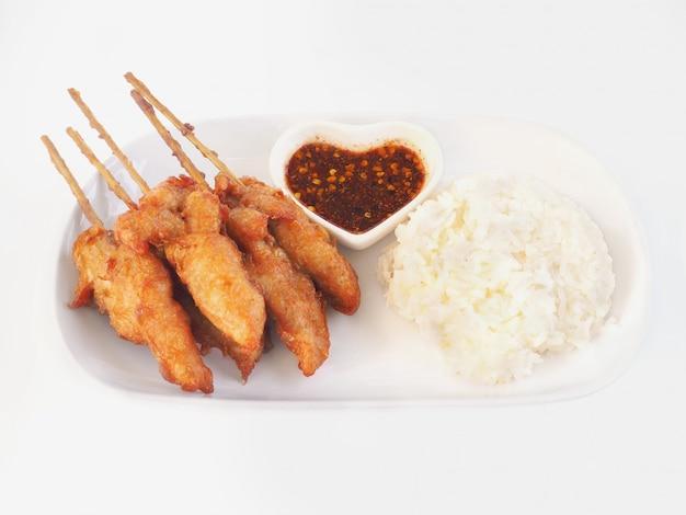 Brochettes de poulet frit à la sauce épicée