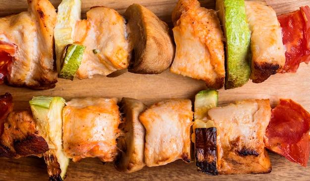 Brochettes de poulet gros plan sur une planche à découper