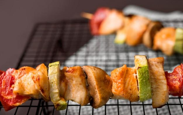 Brochettes de poulet gros plan sur plateau