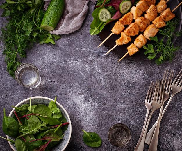 Brochettes de poulet avec salade verte. mise au point sélective