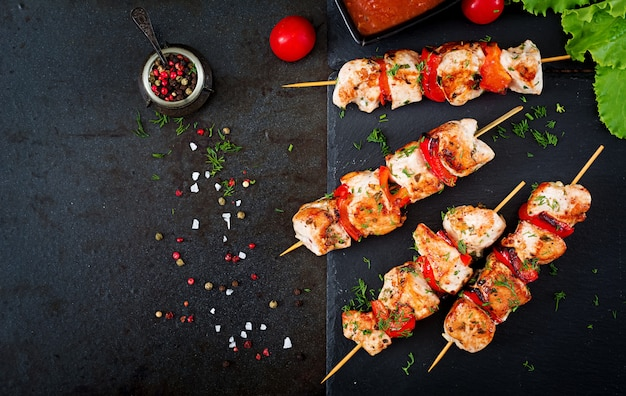 Brochettes de poulet avec des tranches de poivrons doux et d'aneth.