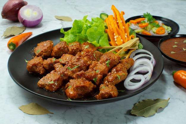 Brochettes de satay de boeuf sate daging style cuisine indonésienne servies sauce sucrée aux arachides chlili