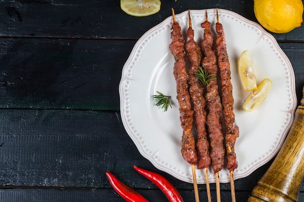 Brochettes de shashlik avec sauce rouge