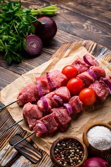Brochettes de shish kebab crues à la tomate