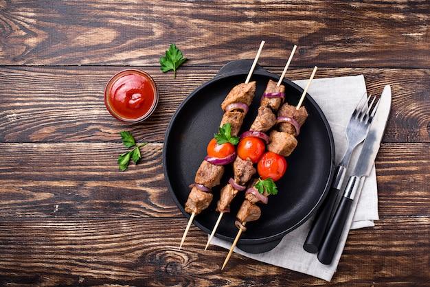 Brochettes de shish kebab grillées aux tomates