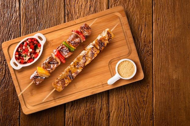 Brochettes de steak assorties sur une planche