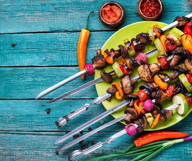 Brochettes végétaliennes sur une table en bois