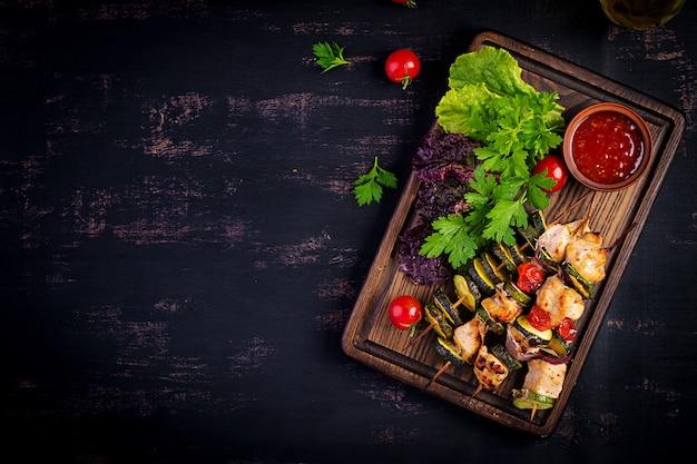 Brochettes de viande grillée, brochette de poulet avec courgettes, tomates et oignons rouges