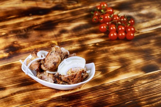 Brochettes de viande grillée, shish kebab sur fond en bois, vue de dessus