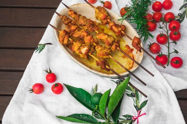 Brochettes de viande et légumes