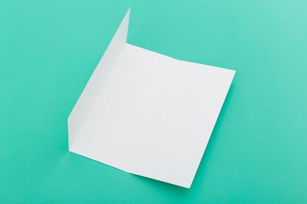 Brochure pliée sur le bureau