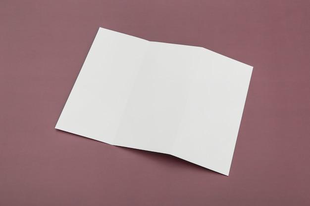 Brochure à trois volets sur le bureau