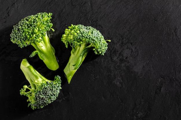 Brocoli cru frais (brã © col, brã³colli, brã³qui, brocoli brote, brassica oleracea) tiges avec des gouttes d'eau