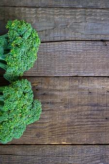 Brocoli sur un fond en bois
