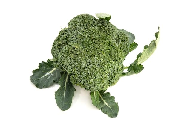 Brocoli frais biologique isolé. brassica oleracea