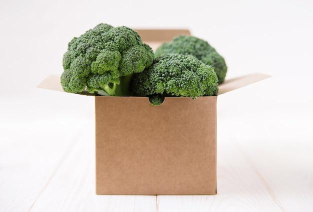 Brocoli frais dans une boîte en carton.