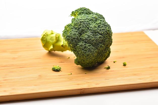 Brocoli frais dans un bol en bois isolé