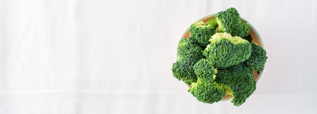 Brocoli frais dans un bol sur une table sur un chiffon. régime alimentaire sain. vue de dessus. copiez l'espace. bannière web