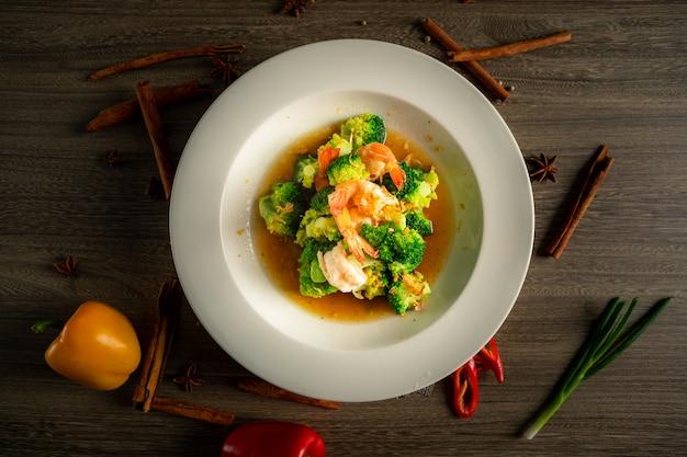 Brocoli sauce aux huîtres aux crevettes.