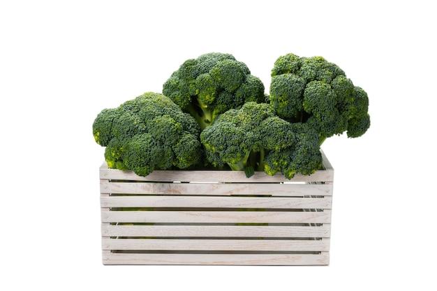 Brocoli savoureux frais dans une boîte en bois isolé sur fond blanc.