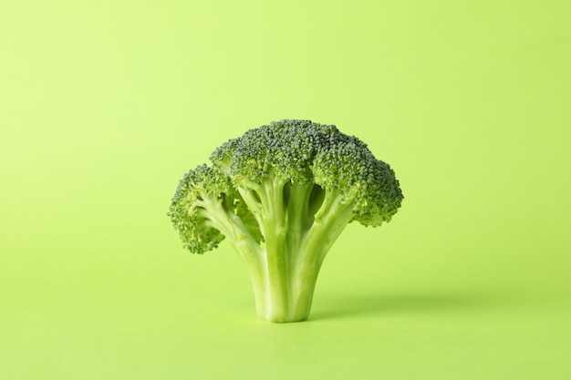 Brocoli sur une surface verte, espace pour le texte. la nourriture saine