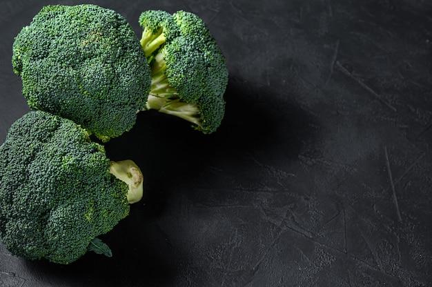 Brocoli vert cru sur un bol en bois